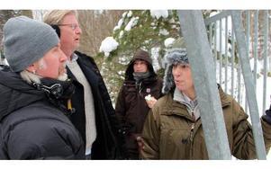 Regissören Järgen Bergman, till vänster, går igenom scenen som ska spelas in i bergrummet.