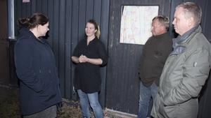 Riksdagsledamoten Anna Wallén (S) pratar med föreståndaren Ulrika Carlsson tillsammans med Kent Kärnström, ägare, och riksdagsledamoten Lars Eriksson (S).