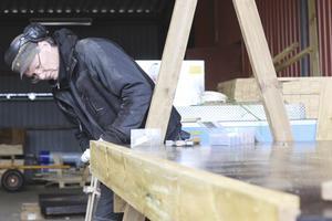 Trädgårdshantverk. Tommy Holmström bygger ett bord som ska leveraras till en handelsträdgård. Dialogkraft gör även blomlådor av spillvirke från emballagetillverkningen.