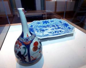 Museikeramik. Östasiatiska Museet har lånat ut föremål till Leksands Konstmuseum.