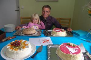 Jonas Buud med dottern Elvira innan uppvaktningen med tårtfest tog sin början.