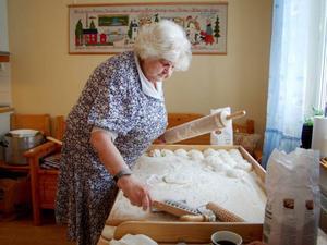 Anna Frank har bakat tunnbröd sedan barnsben. Det fick hon lära sig av sin mamma hemma i Hallviken. Och de återkommande bakstunderna på Granbackens särskilda boende gillar hon.