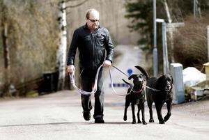 Levande engagemang. Mina härliga hundar kräver motion, de hjälper mig att komma igång, tycker Jan Johansson, skadad av lösningsmedel som slog ut hans kropp och gjorde honom oförmögen att arbeta.