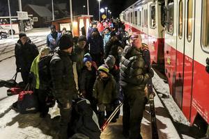 Omkring 120 passagerare tog tåget över dagen från Östersund till Röjan och Vemdalen på det första av vintersäsongens snötåg i lördags. Här ska de kliva på för färd norrut.
