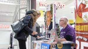 I 25 år har Mats Wahlström sålt bingolotter, men på nyårsafton säljer han sin sista lott, därefter väntar pensionärsliv och fritidshuset.