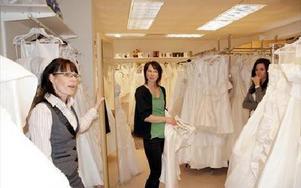 Sandra Östh driver en bal och brudklänningsaffär i Borlänge som väntas få uppsving i och med den kungliga förlovningen konstaterar blivande brudenAnna Haars och butiksmedarbetaren Evelina Goldheim.FOTO: KERSTIN ERIKSSON
