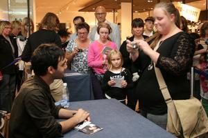 Det var många som passade på att köpa en skiva och få både bild och autograf av Darin.FOTO: INGALILL FORSS NORBERG