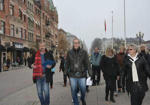 Jonas Moström och Tomas Melander i spetsen för deckarläsare som följer polisen Johans Axbergs väg längs Storgatan, från lägenheten i Hirschska huset till polishuset.