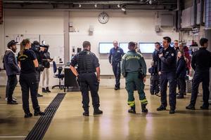 Stor samling när räddningstjänsten vill tacka Robin Erlandsson och Daniel Runnvik. Deras insater gjorde att olyckan i Sundbornsån fick ett lyckligt slut.