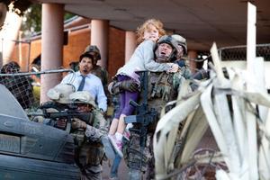 """Soldatupplevelsen i centrum i """"World Invasion: Battle Los Angeles"""". Marinsoldater kastas ut i ett brinnande LA, under utomjordisk attack."""