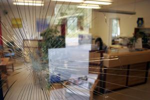 I glaset på dörren in till Handelsbanken i Gnarp syns spår efter rånarnas intrång. En yxa sattes i glaset för att trycka upp dörren.