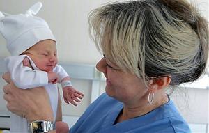 Med arbetet som barnmorska följer också en del pappersjobb och kontakter med försäkringskassa och annat.