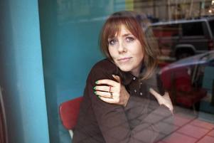 """MED BLICKEN PÅ MEDELÅLDERS KVINNOR. Sara Kadefors nya roman """"Borta bäst"""" är en varm skildring om hur det kan vara att ramla ur den trygga välfärdsbubblan."""