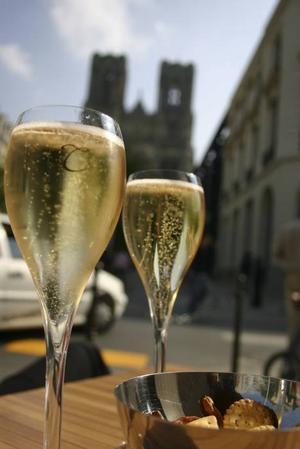 """SKÖNA BUBBLOR. En """"coupe de champagne"""" serveras för 4 euro."""