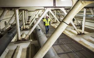 – Det känns mycket längre att gå inne i bron än att gå uppe på brobanan, säger John Löfgren på Trafikverket.