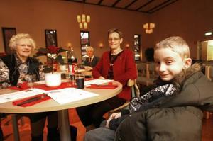 Sigbritt Jeppinen med sonhustru Sylvia och barnbarnet Sebastian valde en jul hos Frälsningsarmén för att slippa mycket av julstressen hemma.