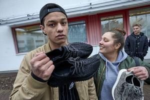 Ahmad Rahmati fick sina skor signerade då Kanye West besökte Ikea i Älmhult på tisdagen.   Foto: Hans Runesson/TT