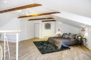 Denna etagelägenhet i centrala Gävle är rymlig och belägen i en nyrenoverad fastighet.