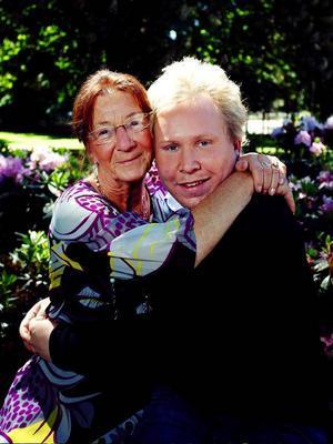 Daniel Backlund, 29 år från Östersund skrapade fram 10 000 kronor i 20 år på månadsklöver. Med på bilden är mormor Karin Backlund som också köpt vinstlotten till Daniel.