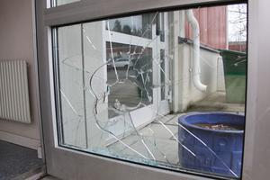 En ruta var krossad när ägaren kom till restaurangen på tisdagsmorgonen.
