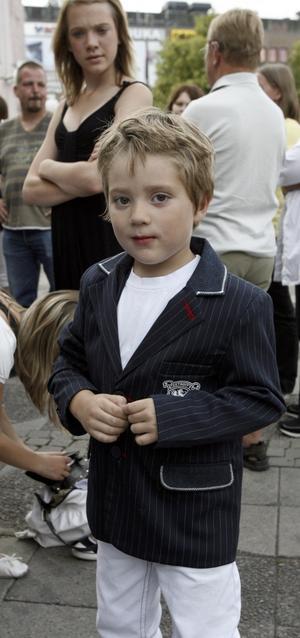 SJÖNG BATMANSÅNGEN. Femåriga David Bostrand Engstedt i snygg kavaj, var först upp på scenen och gjorde en strålande insats när han framförde Batmansången (melodi: Moster Ingeborg) med svensk text.