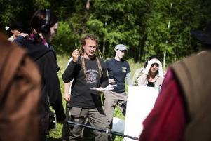 Marko Kattilakoski håller i trådarna under filminspelningen. Han regisserar och har också skrivit historien. Runt omkring står ljudansvariga Annelie Morin, kamerassisterande Agneta Mroin och skådespelande Josephine Rydberg-Lidén.