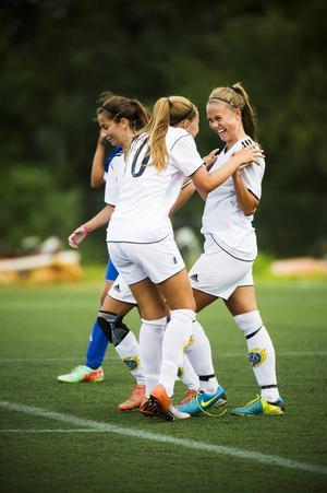 Wilma Jonsson passade fram till matchens två första mål innan hon själv kunde skjuta in 3–0 och Matilda Svedberg var snabbt framme och gratulerade. Sedan blev mittfältaren Jonsson utbytt.