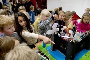 Katrina Ali Soran och Algot Byström beundrar utställningen.