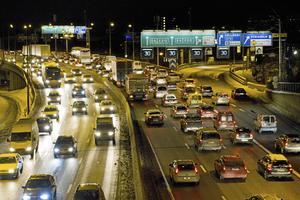 Biltrafik i rusningstid.  Alla trafikslag behövs och ska inte ställas mot varandra, skriver två representanter för Kungliga Automobilklubben, KAK.  Arkivfoto Christine Olsson / TT