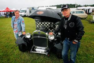 Lennart Grytberg och Ingemar Hansson från Nora anlände till Johannisberg i Lennarts Ford hot rod under torsdagsförmiddagen. - Den är från 1931 och har en Chevrolet 350 motor. Effekten ligger någonstans över 300 hästkrafter, berättar Lennart.