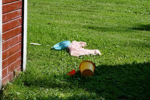 Barnens leksaker låg utspridda utanför stugorna.