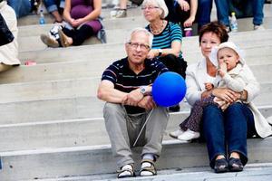 """11.24 Göte och Yvonne Murén och barnbarnet Alma satt och njöt av folklivet i solen. """"Det är precis så här jag drömt om att torget ska fungera"""", säger Göte Murén.Foto: Lars-Eje Lyrefelt"""