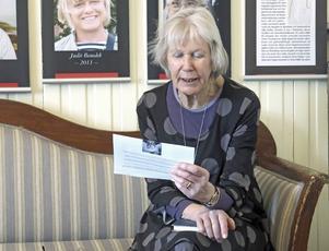 Kerstin Jacobsson i juryn läser Adonis.