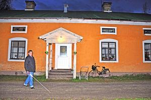 Petter Lindström vid Skolvägen i Tobo, där hyresgästerna länge har fått se sina bostäder förfalla.