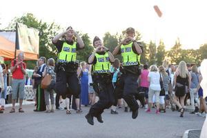 2015. Glada poliser gör kärlekstecknet.