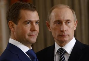 Snart byter de plats. Vladimir Putin har hållit sig bakgrunden i fyra år och låtit Dmitrij Medvedev spela frontfigur. På söndag tar Putin åter plats i rampljuset som Rysslands president.