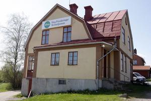 Till det här huset på Knekarbacken i Ljusdal flyttar Mellanljusnans försäkringsbolags personal från Färila och Järvsö, i september.