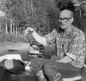 Ort: Bergsjö   Rubrik: Kräftpremiär! Välmatade kräftor i Nordanstigs vatten.   Bildtext: Här visar Gösta Löf upp en fin kräfta som han fick vid Långnäset.