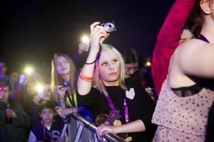 Älskar Saade. Tova Ankarskiöld, 12 år, från Västerås, stod längst fram under konserten med Eric Saade. En plats hon köat i timmar för. Under konserten kastade hon upp ett gosedjur på scenen med ett meddelande till idolen.foto: per groth