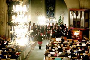 Valbo kyrka var fullsatt under lördag kvällens konsert med Forsbacka kammarkör.
