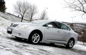 Fjärde generationen av Avensis är elegant i linjerna med låg svepande tak i bakkant till nackdel för passagerare baktill.