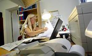 Foto:LASSE HALVARSSON Tar aldrig slut. För varje dag får Birgittha Bjerkén fler dokument och artiklar att hålla reda på kring MUF:s oegentligheter. Hon ser fram emot den dag då hon kan lämna sitt revisorsuppdrag.