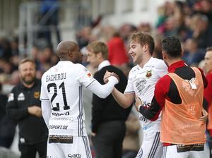 Bachirou och Bojanic firar efter frisparksmålet. Foto: Therése Ny / TT