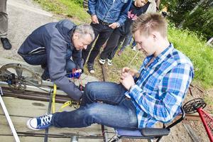 Stefan Ederborg, Hudiksvall, körde vinnarkonstruktionen i mål. Bertil Arvidsson, lärare och samordnare vid Bromangymnasiets teknikprogram plockar loss mätinstrumentet.