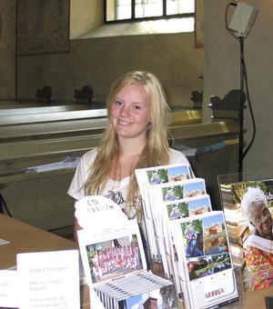 Lisa Lassila trivs med att vara sommarvärdinna i Heliga Trefaldighets kyrka. FOTO: RAGNAR ERIKSSON