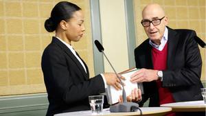 Kulturminister Alice Bah Kuhnke (MP) tar emot demokratiutredningen av Olle Wästberg.