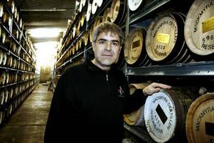 I LAGER. Johny Westergård ansvarar för Mackmyras verksamhet nere i Bodås gruva. Hit kommer över 60 privata fatägare på besök varannan vecka för                                     att besöka sin whisky. Det blir ett sätt följa mognadsprocessen.