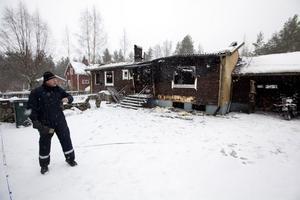 UNDERSÖKNING. Polisens brandtekniker Per Ringqvist dokumenterade brandplatsen under lördagen.
