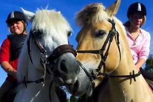 Lindantjejerna Sanna Gustafsson och Johanna Södersten har fått närmre till en ridbana. Än så länge finns inga hinder för hästarna men det hoppas föreningen kunna investera i längre fram.