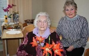 Doris Mattsson och hennes dotter Anita LéFaucheur har en blomma som har gått i släkten sedan 1898. FOTO: LINNEA JOHANSSON